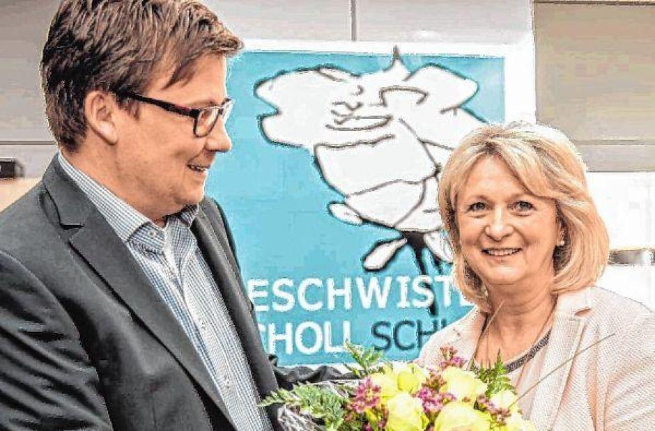 Edith Neumann ist als Sekretärin an der Scholl-Schule in den Ruhestand verabschiedet worden. Blumen gab es von Tobias Diehl, Leiter des Realschulzweigs.